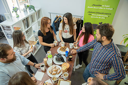 equipo de la agencia durante el desayuno